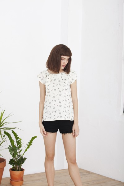 Camiseta Hipsa cuello guipur estampada con pájaros