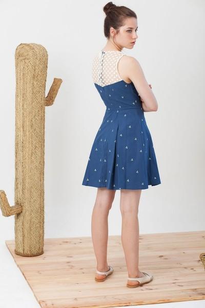 Vestido evasé Isadora de popelín azul estampado triángulos.