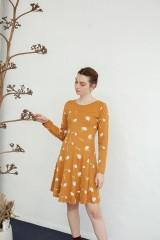 Vestido Nidia media capa color mostaza estampado puñas.