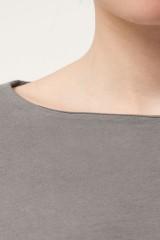 Blusa Nayla lisa con volante color gris.