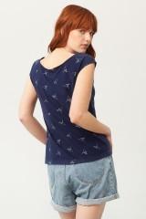 Camiseta Paula cuello barco azul marino estampado origami
