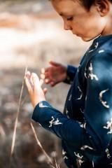 Camiseta unisex azul marino estampado acróbatas