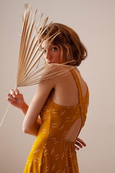 Vestido espalda cruzada Betty Mostaza